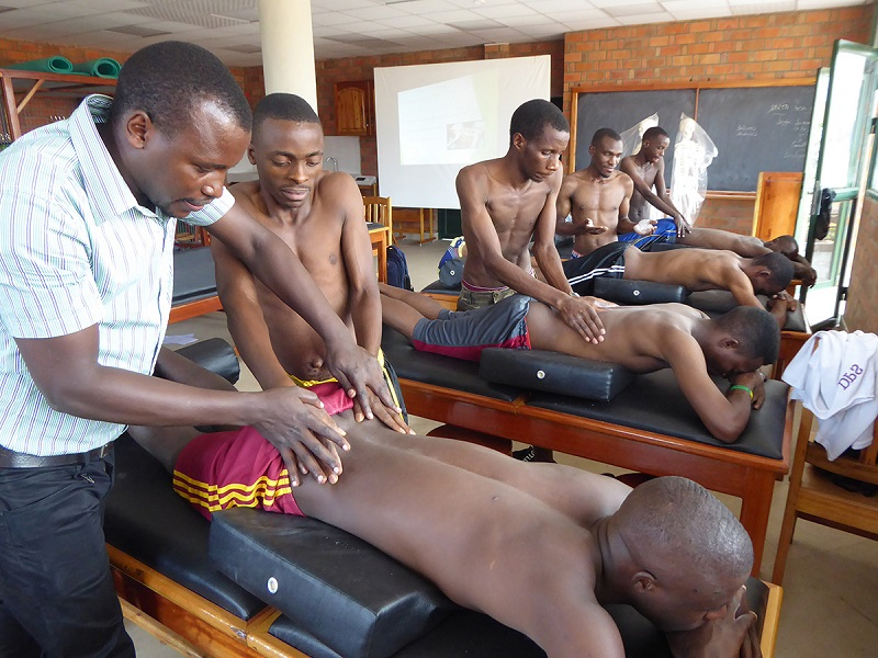 Cours pratique à_l'ENKR - enseignant burundais formé au Bénin (c) APEFE