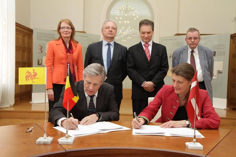 Séance de signature entre Philippe Suinen, Administrateur général de WBI et Ilse Ruze, Directrice Europe au MAE