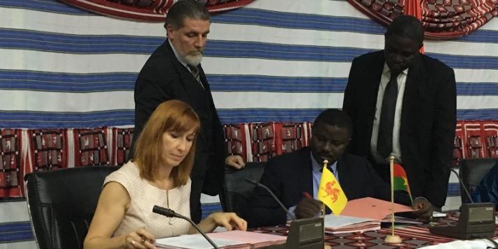 Pascale Delcomminette, Administratrice générale de WBI, et Dieudonné Désiré Sougouri, Secrétaire Général du Ministère des affaires étrangères burkinabé (c) WBI