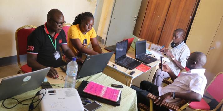 Travaux pratiques avec des participants de la radio