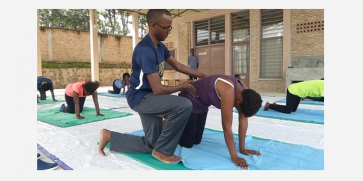 Ildephonse Nduwimana au travail avec son groupe de patients lombalgiques (c) Apefe