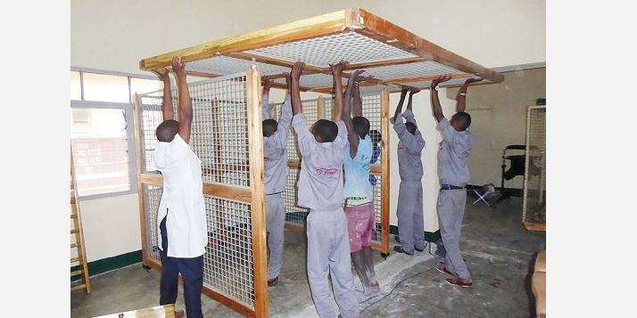 HPRC - Assemblage des cages de pouleithérapie (C) APEFE