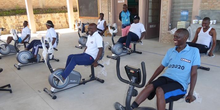 Patients hémiplégiques en vélo d'entrainement assis (C) APEFE