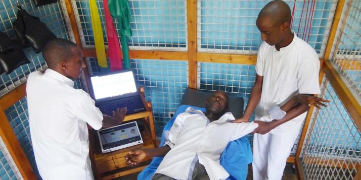 Un patient examine avec le dossier médical informatisé au CNRKR de Bujumbura (C) APEFE