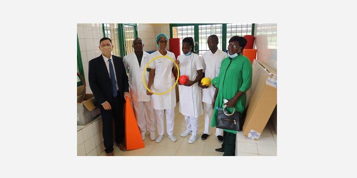 Photo de famille de l'équipe de projet et des kinésithérapeutes dans le service kiné (C) APEFE