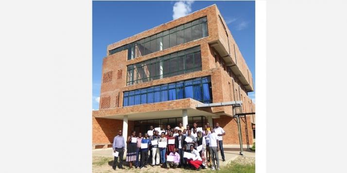 Des kinés burundais en formation continue devant le bâtiment de l'ENKR (C) APEFE