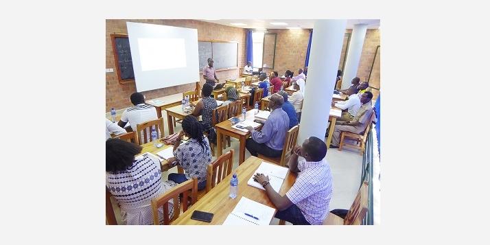 Un cours théorique assumé par un kiné burundais (C) APEFE