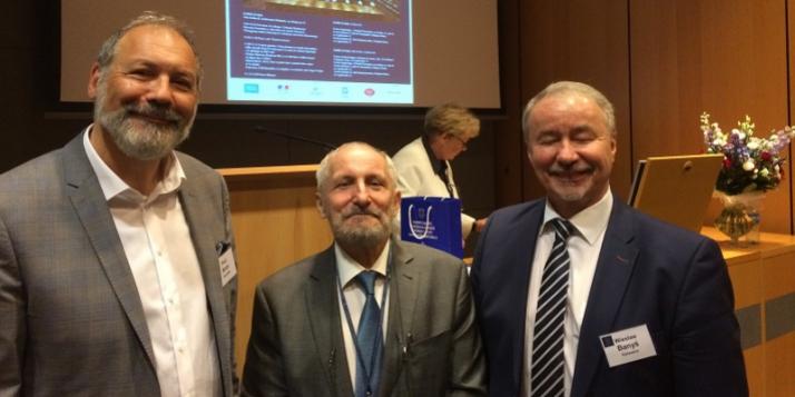 Le professeur Paul Aron (premier à gauche) lors de la conférence à l'Université Jagellonne de Cracovie - cliquer pour agrandir