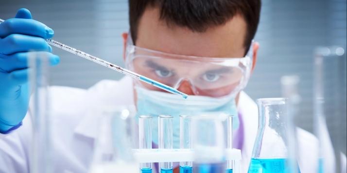 Un chercheur dans un laboratoire - cliquer pour agrandir