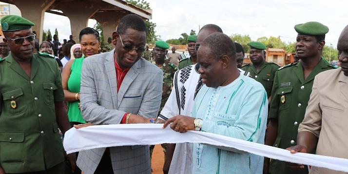 Inauguration de la Foire de l'Arbre par le Ministre de l'Environnement du Burkina Faso à travers la coupure du ruban - cliquer pour agrandir