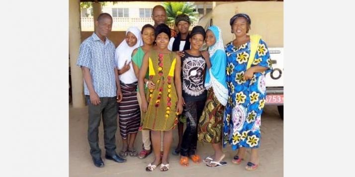 6 stagiaires de 3ème année au Centre de santé de MATERI au nord-ouest du Bénin, accompagnés de 3 enseignants de l'IFSIO - cliquer pour agrandir