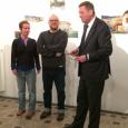 De gauche à droite : L'artiste Camille Carbonaro, les galeristes Annabel Werbrouck et Fabrice Havenne, le Délégué général Alexander Homann - cliquer pour agrandir