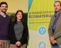 La signature de l'entente de partenariat a eu lieu lors du Rendez-vous des écomatériaux d'Asbestos : Frédéric Marcotte, directeur général de la MRC des Sources, organisatrice de l'événement, et Hervé-Jacques Poskin, directeur du Cluster Éco-Construction de Wallonie, entourent Claire Sirois, directrice du Créneau Écoconstruction du Bas-Saint-Laurent