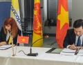 Pascale Delcomminette, Administratrice générale de WBI, et Vu Dai Thang, Vice-ministre vietnamien du Plan et de l'Investissement